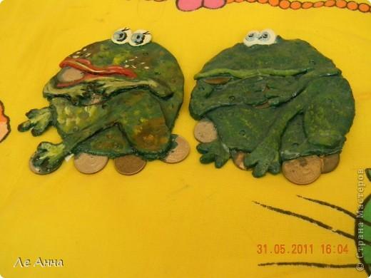 """Наши лягушаки. Жабу девочку слепила я и подарила своей сестре. А жабу мальчика слепила дочка, сейчас она висит у нас и """"охраняет"""" деньги. фото 2"""
