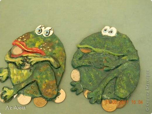"""Наши лягушаки. Жабу девочку слепила я и подарила своей сестре. А жабу мальчика слепила дочка, сейчас она висит у нас и """"охраняет"""" деньги. фото 1"""