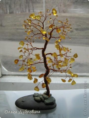 Это осеннее дерево. Моё самое любимое. Выполнено из янтаря и бисера. фото 2