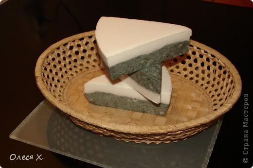 Первое мыло задумывалось как лечебное, для проблемной кожи, добавляла зеленую глину, жемчужную пудру, молоко, масло жожоба, и кофе в скрабовую часть, а также эфирное масло чайного дерева и розмарина. фото 2
