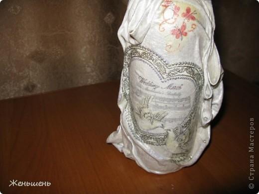 К свадьбе своей подруги подготовила подарочное вино и упаковку к нему. =) Это мой первый опыт в декорировании бутылки тканью.  фото 2