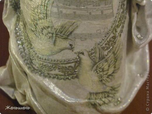К свадьбе своей подруги подготовила подарочное вино и упаковку к нему. =) Это мой первый опыт в декорировании бутылки тканью.  фото 3