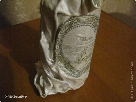 К свадьбе своей подруги подготовила подарочное вино и упаковку к нему. =) Это мой первый опыт в декорировании бутылки тканью.  фото 4