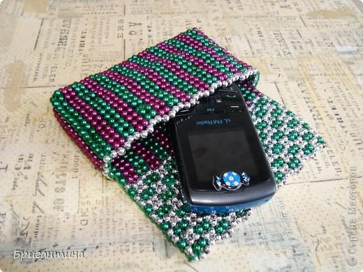 Решила сделать себе кошелёчек под мелочь, но, оказалось, мой любимый старенький телефон идельно влазит в него! Работа проста в исполнении, хорошая тренировка для тех, кто осваивает разные техники бисероплетения.  фото 1