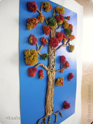 """Наши деревья выполнены по книге Т.Н. Просняковой """"Деревья"""" с. 45:   http://stranamasterov.ru/litera/trees.html?tid=67  Выдавливать пластилин через сито оказалось тяжеловато. Да и ситечки почти все прорвали :))) Но зато результат нас порадовал. фото 5"""