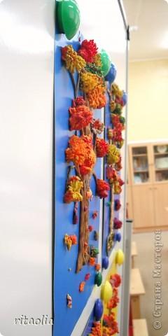 """Наши деревья выполнены по книге Т.Н. Просняковой """"Деревья"""" с. 45:   http://stranamasterov.ru/litera/trees.html?tid=67  Выдавливать пластилин через сито оказалось тяжеловато. Да и ситечки почти все прорвали :))) Но зато результат нас порадовал. фото 2"""