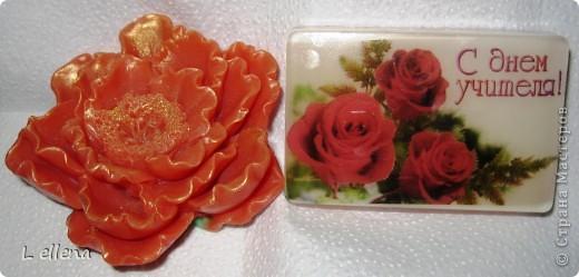 """Мыльце в подарок учителям. Дочки делаю сами цветы, я помогаю им залить """"открытки"""". фото 1"""
