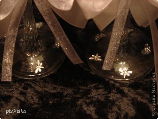 Эти бокалы оформила Хрустальной пастой MEDIUM, стразами цветок и стрекоза, контуром серебро DECOLA.  фото 3