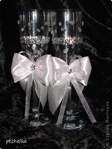 Эти бокалы оформила Хрустальной пастой MEDIUM, стразами цветок и стрекоза, контуром серебро DECOLA.  фото 1