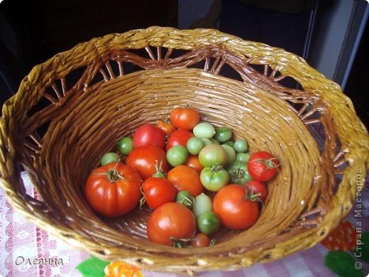 Осень - пора сбора урожая. Для хранения овощей была сплетена такая корзинка из газетных трубочек.  фото 1