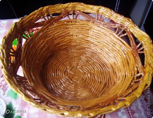 Осень - пора сбора урожая. Для хранения овощей была сплетена такая корзинка из газетных трубочек.  фото 2