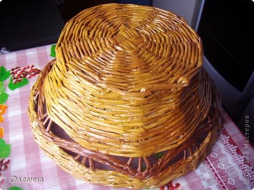Осень - пора сбора урожая. Для хранения овощей была сплетена такая корзинка из газетных трубочек.  фото 3