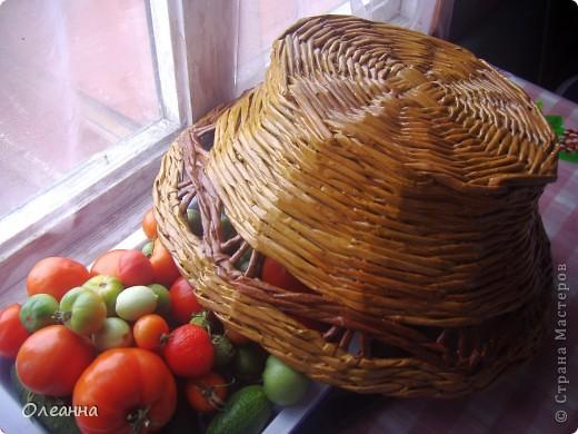 Осень - пора сбора урожая. Для хранения овощей была сплетена такая корзинка из газетных трубочек.  фото 4
