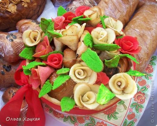 Во вторую суботу сентября у нас вгороде праздник - День рождения города. А так как Житомир происходит от слова Жито, то хлеб всегда главный на этом празднике. В этом году была выставка Караваев. Я очень хочу, чтобы вы тоже посмотрели какую красоту пекут в нашем городе. фото 7