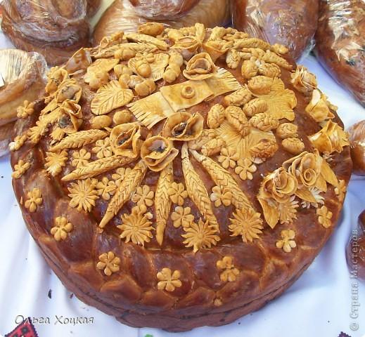 Во вторую суботу сентября у нас вгороде праздник - День рождения города. А так как Житомир происходит от слова Жито, то хлеб всегда главный на этом празднике. В этом году была выставка Караваев. Я очень хочу, чтобы вы тоже посмотрели какую красоту пекут в нашем городе. фото 4