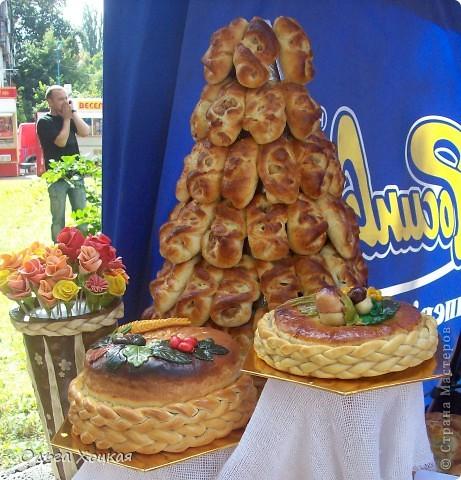 Во вторую суботу сентября у нас вгороде праздник - День рождения города. А так как Житомир происходит от слова Жито, то хлеб всегда главный на этом празднике. В этом году была выставка Караваев. Я очень хочу, чтобы вы тоже посмотрели какую красоту пекут в нашем городе. фото 8