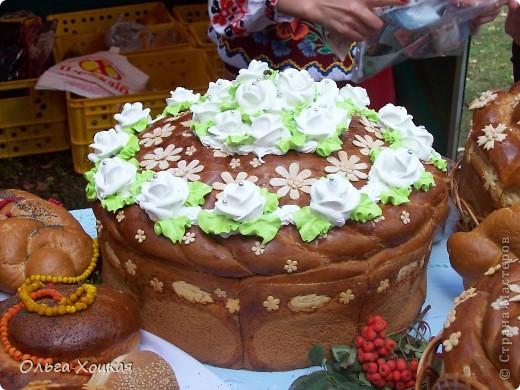 Во вторую суботу сентября у нас вгороде праздник - День рождения города. А так как Житомир происходит от слова Жито, то хлеб всегда главный на этом празднике. В этом году была выставка Караваев. Я очень хочу, чтобы вы тоже посмотрели какую красоту пекут в нашем городе. фото 10