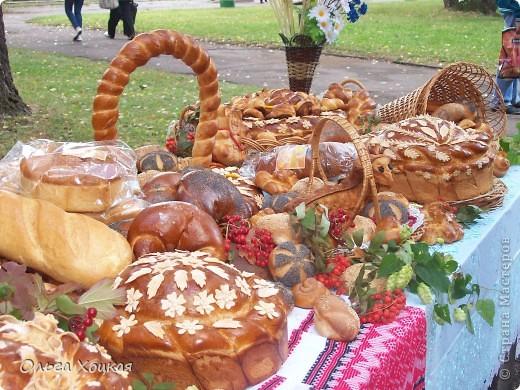 Во вторую суботу сентября у нас вгороде праздник - День рождения города. А так как Житомир происходит от слова Жито, то хлеб всегда главный на этом празднике. В этом году была выставка Караваев. Я очень хочу, чтобы вы тоже посмотрели какую красоту пекут в нашем городе. фото 11