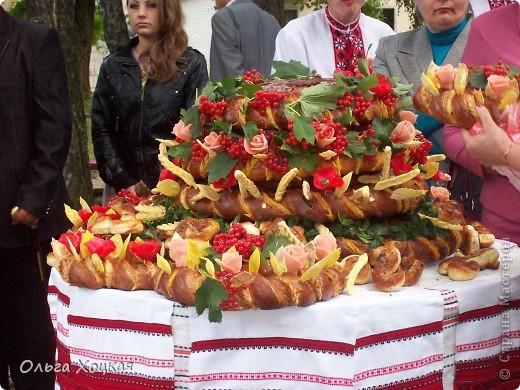 Во вторую суботу сентября у нас вгороде праздник - День рождения города. А так как Житомир происходит от слова Жито, то хлеб всегда главный на этом празднике. В этом году была выставка Караваев. Я очень хочу, чтобы вы тоже посмотрели какую красоту пекут в нашем городе. фото 12
