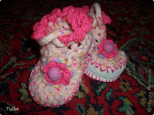 Вот пинетки для дочурки на холодные зимние полы. Вязала из детского ЯрнАрт акрила. Подошва из кожи. Бусинку валяла из шерсти. фото 1