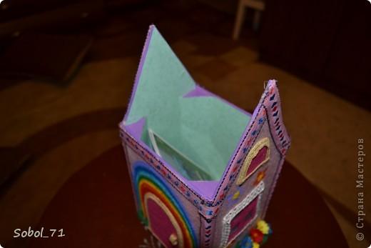 Здесь родители смогут найти потерянные носовые платочки, носки и т.п. своих деток.  Вот такой получился домик для потерянных вещей.  фото 3
