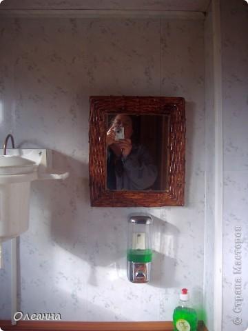 Давно хотела обновить старое зеркало на даче, и вот придумала сделать раму из газетных трубочек.   фото 2