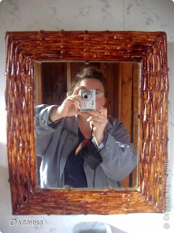 Давно хотела обновить старое зеркало на даче, и вот придумала сделать раму из газетных трубочек.   фото 1