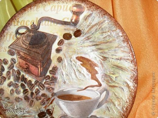 """Приветствую всех жителей нашей Страны Мастеров и конечно же её гостей))) Радости моей нет предела, т.к. теперь и у меня есть своё домашнее декоративное кофейное деревце, ну и чтоб ему не было скучно- сообразила в дополнении к нему тарелочку, как говорится """"в тему"""")))) Насмотревшись мастер классов наших мастериц, изучив теорию вот такой результат у меня получился))) Думаю неплохо вышло))))) фото 8"""