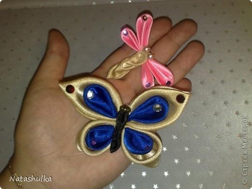 Мои первые кривульки - канзаши. Бабочка и стрекоза для занавесок. я их надела на остроконечные шпилички и воткнула в ткань занавески фото 1