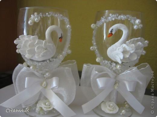 Украшала к свадебному  набору, бутылки и фужеры  из этих же материалов фото 8
