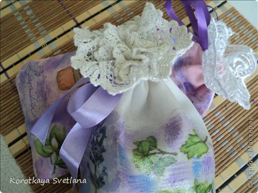 Давно вынашивала идею сделать мешочки с ароматными травами. И вот представился случай- на работе скосили с газона цветущую лаванду. Все дружно растянули кучу цветов и я от них не отстала (притянула домой большой пакет).  фото 9