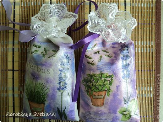 Давно вынашивала идею сделать мешочки с ароматными травами. И вот представился случай- на работе скосили с газона цветущую лаванду. Все дружно растянули кучу цветов и я от них не отстала (притянула домой большой пакет).  фото 10
