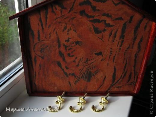 Ключницу делала в подарок сестренке, на ее 25 летие...задуманно много еще чего, об этом чуть позже.... По гороскопу сестренка тигрица, вот его облик я решила наложить на ключницу...и отлично по цветовой гамме вписывается в итерьер прихожей...надеюсь порадую любимую сестричку! фото 2