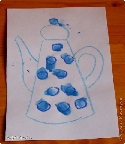 Рисовали мы, рисовали с дочей просто на белой бумаге… А потом к маме прилетел Пегас и подкинул идею… И вот мы с Пегасом, пока доча спала, нарисовали небольшую стопочку самодельных раскрасок для пальчиковых рисовашек.  А в процессе раскрашивания закрепили с детью (2 года) две техники – тыкать пальчиком в маленькие кружочки (смородина, облепиха и т.п.) и закрашивать/замазывать чуть более крупные кружки и овалы (сливы, виноград…) :).  И темы такие знакомо-летние: ягодки-цветочки (что в лесу, да на огороде растут, ну и еще виноград на рынке вместе покупали…). Заодно еще взяли чайники-кофейники (чашки, тарелки, кастрюльки и т.п.). Рисовали пальчиковыми красками (6 цветов) – поэтому рисунки старалась подобрать под имеющиеся у нас цвета. Формат рисунков А5 (т.е. половина от обычного белого листа для принтера) – так нам показалось удобней.  В результате деть была в полном восторге! За один присест по 5-6 раскрасок раскрашивала. И потом с гордостью демонстрировала свои шедевры папе и бабушке. А на другой день просила еще «тыкать краской» :)  Вот, что у нас вышло. Это черная смородина. фото 16