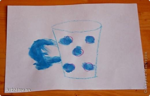Рисовали мы, рисовали с дочей просто на белой бумаге… А потом к маме прилетел Пегас и подкинул идею… И вот мы с Пегасом, пока доча спала, нарисовали небольшую стопочку самодельных раскрасок для пальчиковых рисовашек.  А в процессе раскрашивания закрепили с детью (2 года) две техники – тыкать пальчиком в маленькие кружочки (смородина, облепиха и т.п.) и закрашивать/замазывать чуть более крупные кружки и овалы (сливы, виноград…) :).  И темы такие знакомо-летние: ягодки-цветочки (что в лесу, да на огороде растут, ну и еще виноград на рынке вместе покупали…). Заодно еще взяли чайники-кофейники (чашки, тарелки, кастрюльки и т.п.). Рисовали пальчиковыми красками (6 цветов) – поэтому рисунки старалась подобрать под имеющиеся у нас цвета. Формат рисунков А5 (т.е. половина от обычного белого листа для принтера) – так нам показалось удобней.  В результате деть была в полном восторге! За один присест по 5-6 раскрасок раскрашивала. И потом с гордостью демонстрировала свои шедевры папе и бабушке. А на другой день просила еще «тыкать краской» :)  Вот, что у нас вышло. Это черная смородина. фото 17