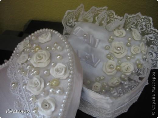 Украшала к свадебному  набору, бутылки и фужеры  из этих же материалов фото 1