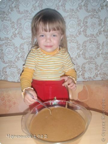 Муж с дочкой попросили испечь что-нибудь вкусненькое. В интернете нашла этот замечательный тортик и что хорошо, быстрый http://www.povarenok.ru/recipes/show/25188/ Не успела еще вынуть с духовки, дочка уже отломила кусочек. Уж не терпелось ей попробовать его.  фото 3