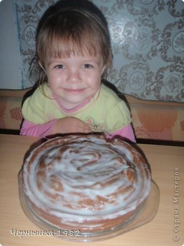 Муж с дочкой попросили испечь что-нибудь вкусненькое. В интернете нашла этот замечательный тортик и что хорошо, быстрый http://www.povarenok.ru/recipes/show/25188/ Не успела еще вынуть с духовки, дочка уже отломила кусочек. Уж не терпелось ей попробовать его.  фото 1