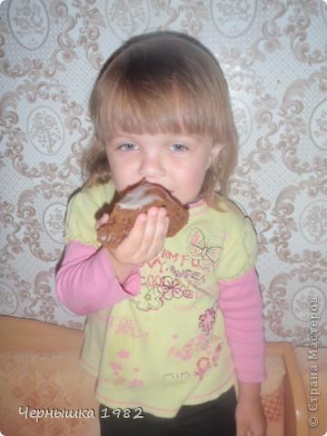 Муж с дочкой попросили испечь что-нибудь вкусненькое. В интернете нашла этот замечательный тортик и что хорошо, быстрый http://www.povarenok.ru/recipes/show/25188/ Не успела еще вынуть с духовки, дочка уже отломила кусочек. Уж не терпелось ей попробовать его.  фото 2