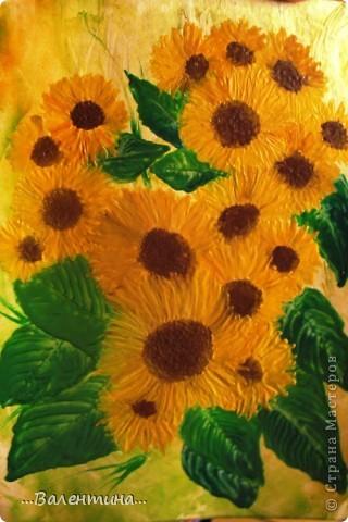 Подсолнухи-замечательные цветы!В любом исполнении украсят и двор и квартиру. Часто подсолнухи украшают наши кухни в декупаже.А я представляю на Ваш суд свои подсолнухи в энкаустике. Фото выполнено без вспышки. фото 1