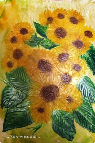Подсолнухи-замечательные цветы!В любом исполнении украсят и двор и квартиру. Часто подсолнухи украшают наши кухни в декупаже.А я представляю на Ваш суд свои подсолнухи в энкаустике. Фото выполнено без вспышки. фото 2