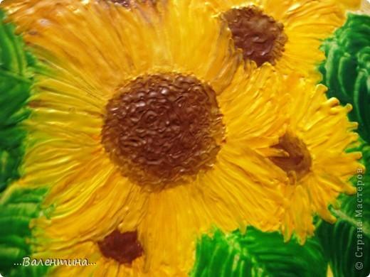 Подсолнухи-замечательные цветы!В любом исполнении украсят и двор и квартиру. Часто подсолнухи украшают наши кухни в декупаже.А я представляю на Ваш суд свои подсолнухи в энкаустике. Фото выполнено без вспышки. фото 4