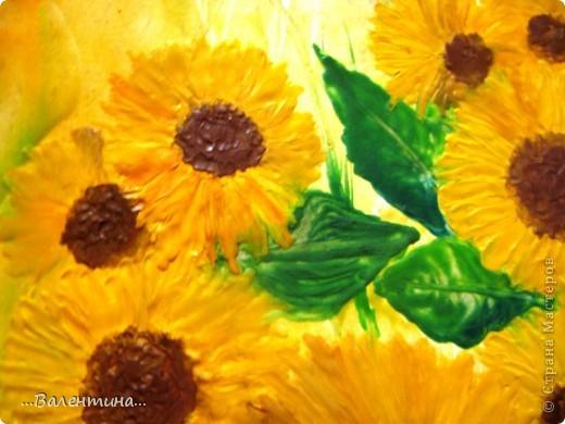 Подсолнухи-замечательные цветы!В любом исполнении украсят и двор и квартиру. Часто подсолнухи украшают наши кухни в декупаже.А я представляю на Ваш суд свои подсолнухи в энкаустике. Фото выполнено без вспышки. фото 5
