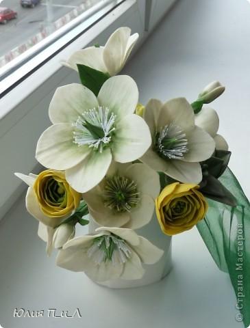 А я к вам сегодня с морозниками. Давно заглядывалась на этот цветок и разнообразие его оттенков. Скоро я оставлю свою основную работу, город, страну и наконец-то уеду к мужу))). Своих коллег я уже букетами обдарила))), а узнав и моем отъезде сотрудники других управлений захотели (в авральном порядке) мои цветочки на память))) Есть конкретные заказы, а есть на мой вкус – эти одни из них. фото 9