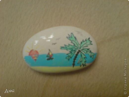 Плоский камушек с морского пляжа размером см 4 в длину и 2,5 в ширину и гелевые ручки - вот и готов сувенир для друзей.