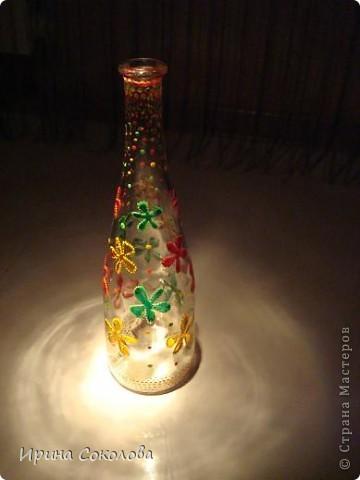 Вазочка сделана из бутылочки с помощью объемных контуров и витражных красок. фото 10