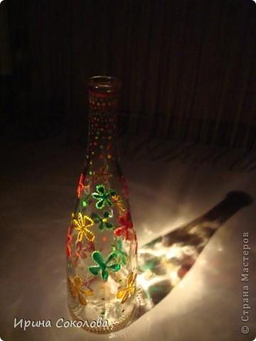 Вазочка сделана из бутылочки с помощью объемных контуров и витражных красок. фото 11