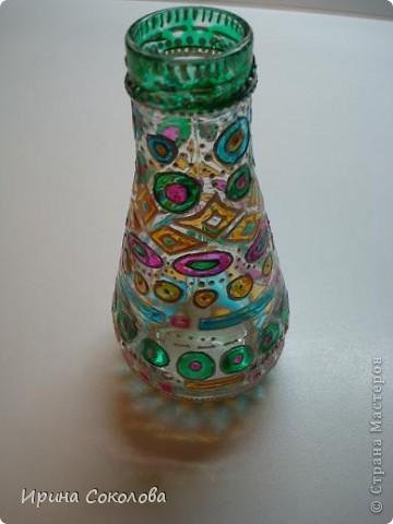 Вазочка сделана из бутылочки с помощью объемных контуров и витражных красок. фото 4