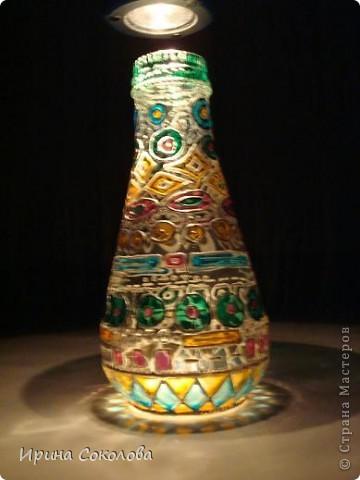 Вазочка сделана из бутылочки с помощью объемных контуров и витражных красок. фото 1