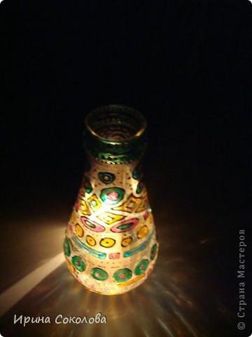Вазочка сделана из бутылочки с помощью объемных контуров и витражных красок. фото 3